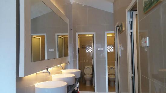 shared-bathroom2